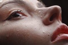 Face fêmea molhada bonita com os pingos de chuva nela Fotografia de Stock Royalty Free