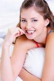 Face feliz de uma fêmea nova que morde a imagens de stock royalty free