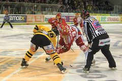 Face-off - extraleague tchèque d'hockey photographie stock libre de droits