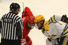 Face-Off in NCAA-Hockeyspiel stockfotografie
