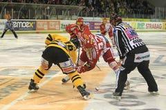 Face-off - tschechisches Hockey extraleague Lizenzfreie Stockfotografie