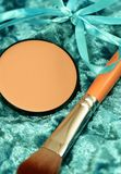 Face powder and cosmetic brush Royalty Free Stock Photos