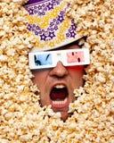 Face surpreendida na pipoca que presta atenção ao filme 3D Foto de Stock Royalty Free