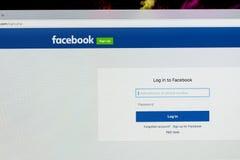 Facebook主页,一最大的社会网络网站 facebook.com主页 在苹果计算机iMac显示器屏幕上的com 库存图片