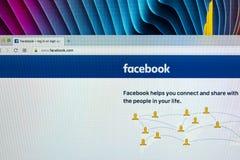 Facebook主页,一最大的社会网络网站 facebook.com主页 在苹果计算机iMac显示器屏幕上的com 免版税库存照片