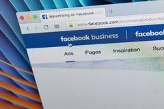 Facebook企业在苹果计算机iMac显示器屏幕上的主页网站 Facebook是最普遍的社会网络在世界上 免版税库存图片