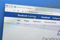 Facebook企业在苹果计算机iMac显示器屏幕上的主页网站 Facebook是最普遍的社会网络在世界上 免版税库存照片