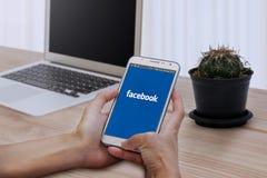 Facebook在三星星系巧妙的电话的登录画面 Facebook是最大和最普遍的社交 库存照片