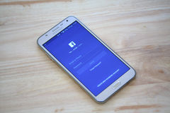 Facebook在三星星系巧妙的电话的登录画面 Facebook是最大和最普遍的社交 免版税库存照片