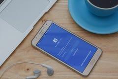 Facebook在三星星系巧妙的电话的登录画面 Facebook是最大和最普遍的社交 免版税图库摄影