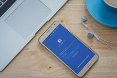 Facebook在三星星系巧妙的电话的登录画面 Facebook是最大和最普遍的社交 免版税库存图片