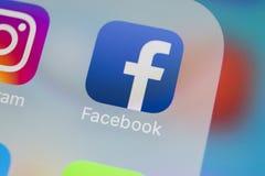 Facebook在苹果计算机iPhone x智能手机屏幕特写镜头的应用象 Facebook app象 社会媒介象 3d网络照片回报了社交 免版税库存照片
