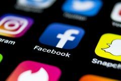 Facebook在苹果计算机iPhone x智能手机屏幕特写镜头的应用象 Facebook app象 社会媒介象 3d网络照片回报了社交 免版税库存图片