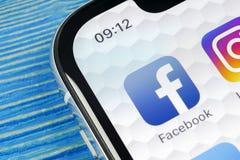 Facebook在苹果计算机iPhone x智能手机屏幕特写镜头的应用象 Facebook app象 社会媒介象 3d网络照片回报了社交 库存照片
