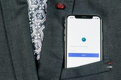 Facebook广告在苹果计算机iPhone x屏幕特写镜头的应用象在夹克口袋 Facebook企业app象 流动Facebook的广告 图库摄影