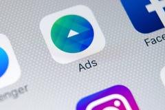 Facebook广告在苹果计算机iPhone x屏幕特写镜头的应用象 Facebook企业app象 Facebook广告机动性应用 免版税库存照片