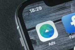 Facebook广告在苹果计算机iPhone x屏幕特写镜头的应用象 Facebook企业app象 Facebook广告机动性应用 免版税库存图片