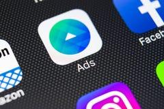 Facebook广告在苹果计算机iPhone x屏幕特写镜头的应用象 Facebook广告app象 Facebook广告机动性应用 社会 图库摄影