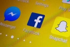 Facebook应用在一个机器人智能手机的指图商标 库存照片