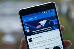 Facebook探索在手机的饲料 库存图片