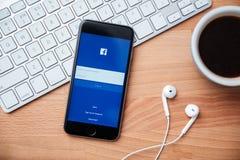 Facebook är online-social nätverkandeservice som grundas av Mark Zuckerberg Royaltyfri Fotografi
