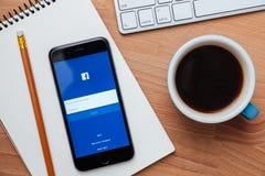 Facebook är online-social nätverkandeservice som grundas av Mark Zuckerberg Arkivfoton