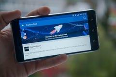 Facebook исследует питание на мобильном телефоне Стоковое фото RF