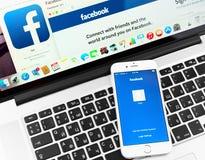 Facebook на дисплее прибора iPhone 6 Яблока Стоковые Фото