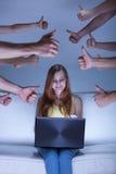 Κορίτσι Facebook στον καναπέ Στοκ εικόνες με δικαίωμα ελεύθερης χρήσης