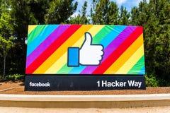 Facebook aiment le bouton sur un fond de drapeau d'arc-en-ciel photo libre de droits