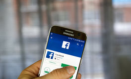 Facebook APP androïde sur Samsung S7 Images libres de droits