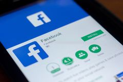 Facebook app logo na pokazie pastylka pecet Ryazan Rosja, Marzec - 21, 2018 - obraz stock