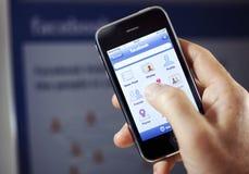 Facebook App op iPhone van de Appel Stock Afbeeldingen