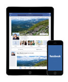 Facebook app op Lucht 2 van Apple iPad en iPhone5s vertoningen Royalty-vrije Stock Afbeeldingen