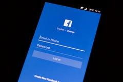 Facebook applikation på en modern androidsmartphone royaltyfri foto