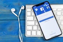 Facebook applikationsymbol på närbild för skärm för smartphone för Apple iPhone X Facebook app symbol Social massmediasymbol bild Arkivfoton