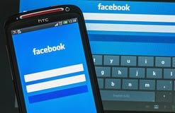 Facebook assina dentro a página no telefone celular Imagem de Stock Royalty Free
