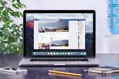 Facebook-Chronologie in gebruikersprofiel op Apple Macbook Pro Stock Afbeelding