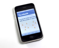 Facebook.com su un iPhone Fotografie Stock Libere da Diritti