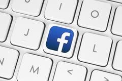 Facebook-embleem dat op computertoetsenbord wordt geplaatst Stock Fotografie