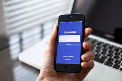 Facebook en smartphone Foto de archivo