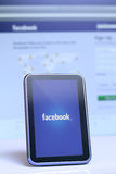 Facebook en smartphone y el ordenador portátil Fotografía de archivo