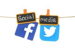 Facebook en Twitter-emblemen, hangind op een kabel Royalty-vrije Stock Foto's