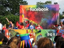 Facebook et message de l'amour chez le Captital Pride Parade dans le Washington DC Photos libres de droits