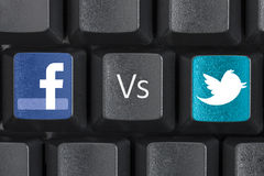 Facebook gegen Twitter-ComputerTasten-Schlüssel Stockfotos