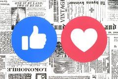 Facebook-Gleich- und -liebesknöpfe von einfühlsamen Emoji-Reaktionen auf Zeitung stock abbildung