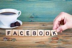 facebook Hölzerne Buchstaben auf dem informativen und der Kommunikation Hintergrund des Schreibtischs, stockbild