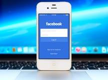Facebook inloggningssida på Apple iPhoneskärm Royaltyfri Bild