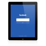 Facebook inloggningssida på den Apple iPadskärmen Royaltyfria Bilder