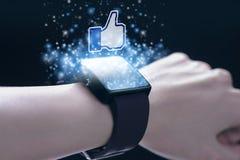 Facebook le gusta el icono con el smartwatch imagen de archivo libre de regalías